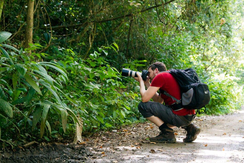 Fotograf fotografiert im Dschungel