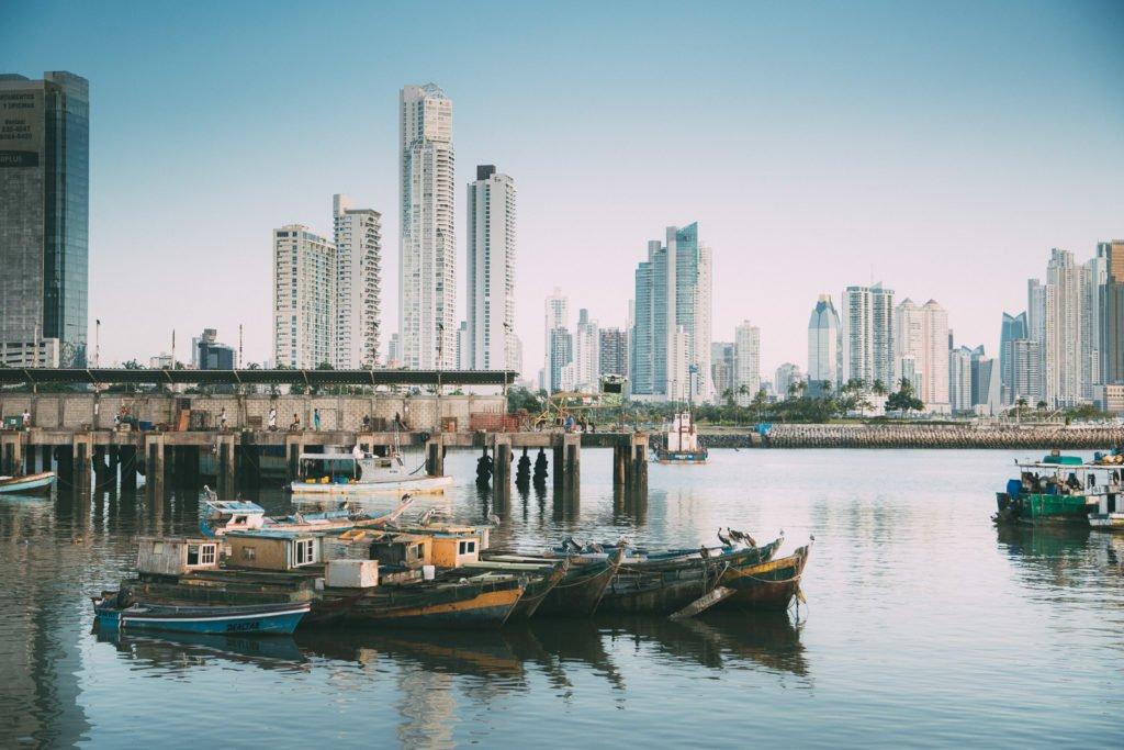 Zwischen Alt und Neu, Fischerhafen in Panama Stadt