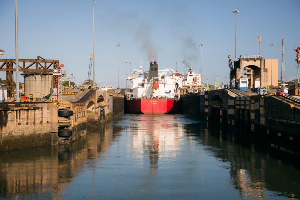 Frachtschiff in der Miraflores-Schleuse des Panama-Kanals
