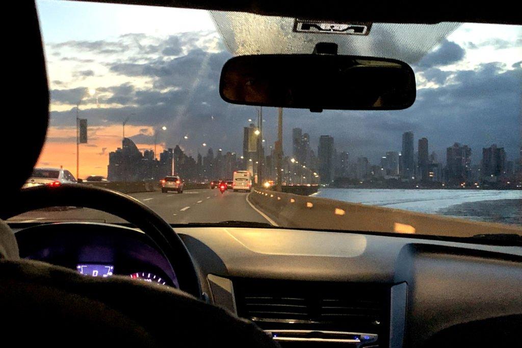 Blick aus dem Taxi auf die Skyline von Panama City